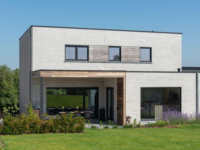 Houten terrasoverkapping met padoek, Trespa en aluminium hoekpaal