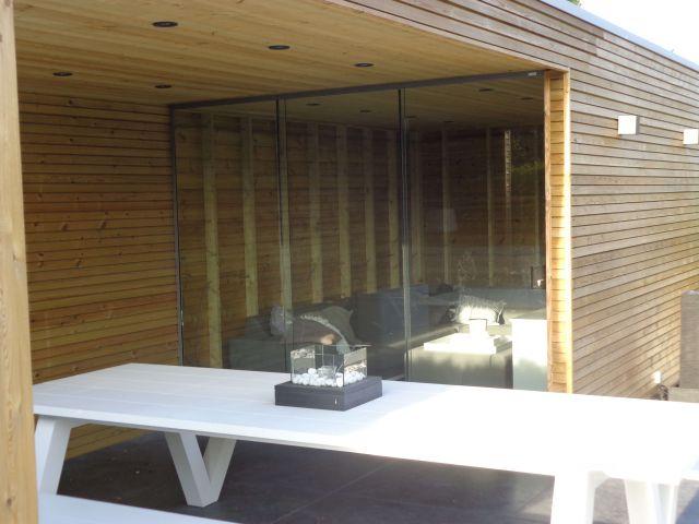 Moderne tuinkamer met glazen schuifdeuren