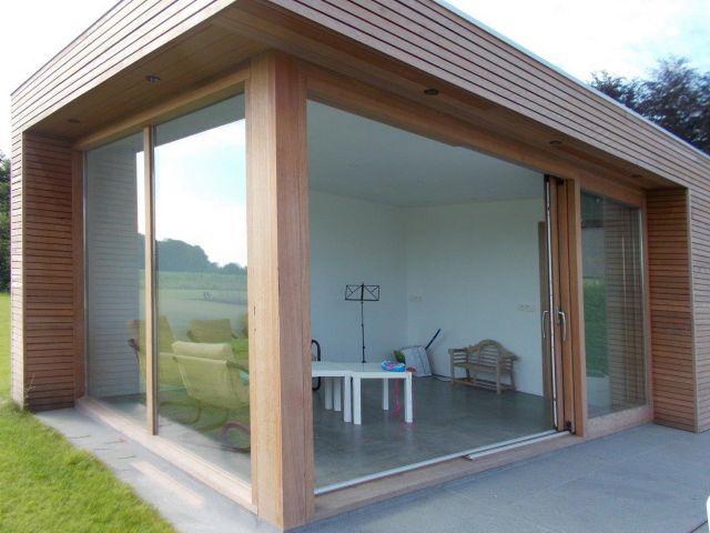Modern poolhouse met schuifdeuren