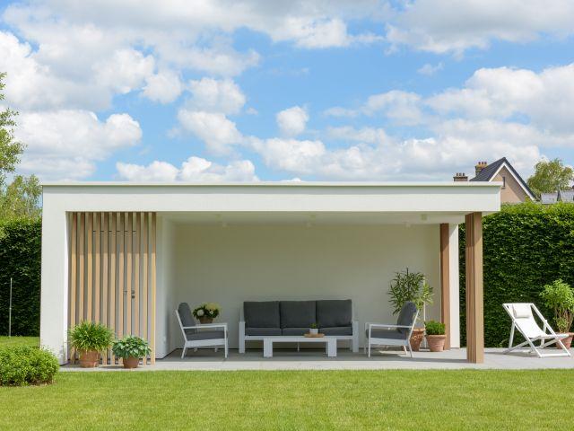 Modern bijgebouw in witte crepi en hout