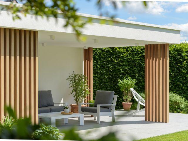 Moderne tuinkamer in witte crepi en met iroko houten palen
