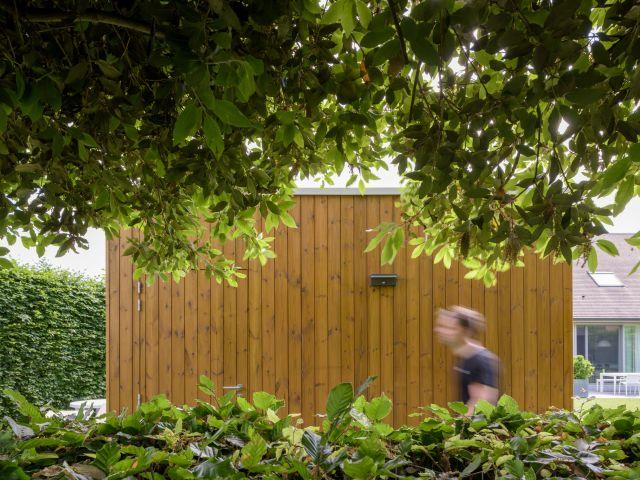 Zijwand in Rode Noorse Den bij Moderne Poolhouse
