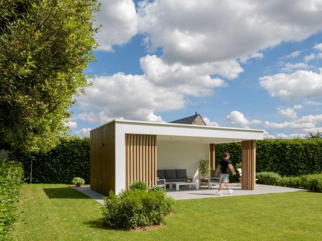 Moderne Poolhouse in Crepi, met palen in Iroko en zijwand in Rode Noorse Den