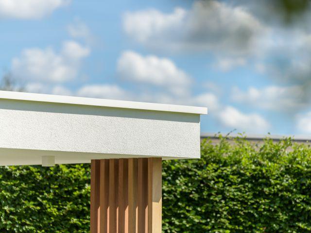 Dakrand van moderne poolhouse met witte crepi, aluminium profiel en iroko sierpalen