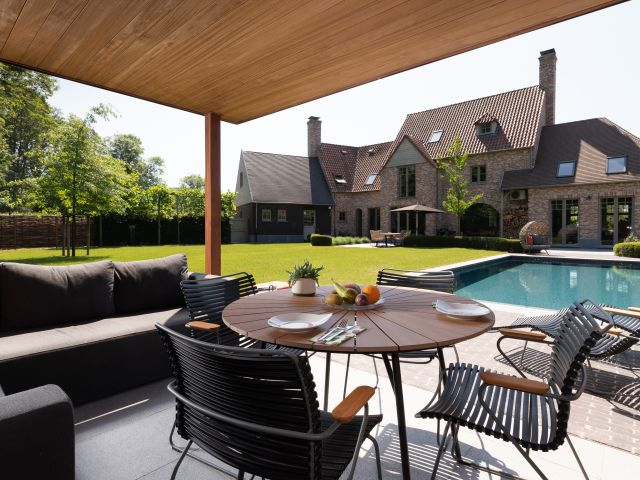 Poolhouse met overdekt terras met plafond en hoekpaal in iroko