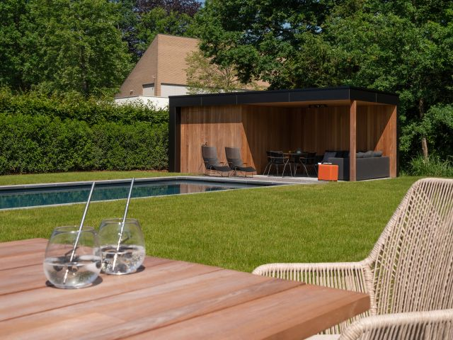 Modern tuingebouw met hout en volkern