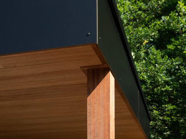 Dakomlijsting Poolhouse met gevezen Trespa panelen