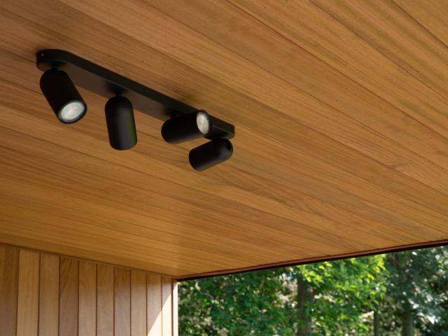 Verlichting loungehoek poolhouse met iroko houten plafond