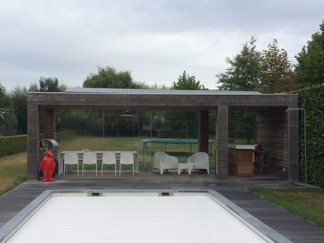 Pool house avec panneaux solaires