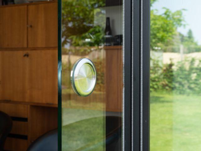 Detail deurknop Sunflex Schuifwanden in Poolhouse