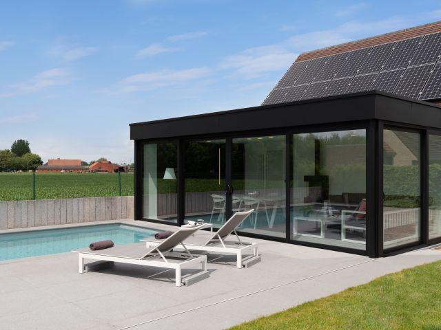 Poolhouse met zwarte gelijmde trespa en aluminium ramen