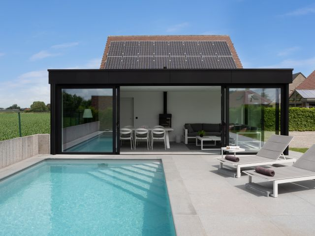 Aangebouwde poolhouse met grote schuiframen
