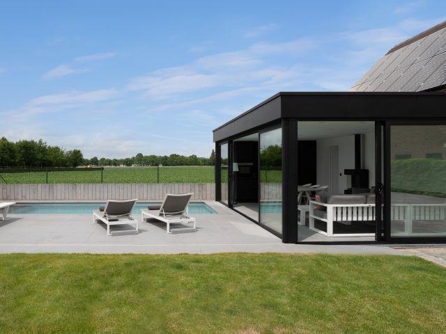 Design poolhouse in zwarte Trespa en met zwarte aluminium ramen