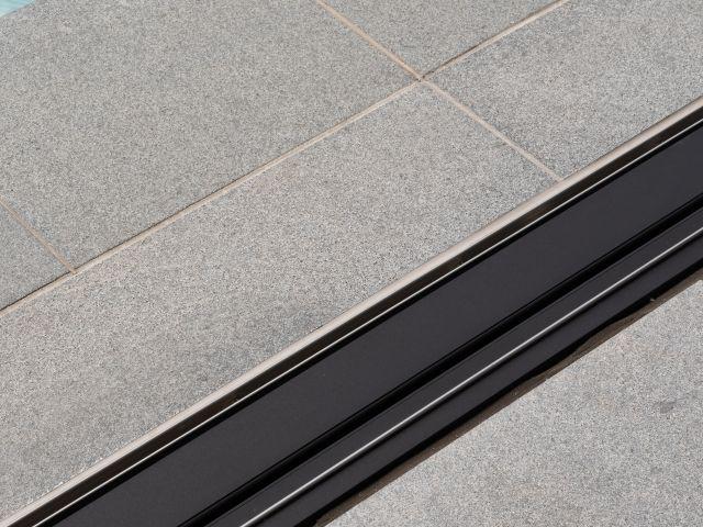 Detail moderne poolhouse met ingewerkte rails
