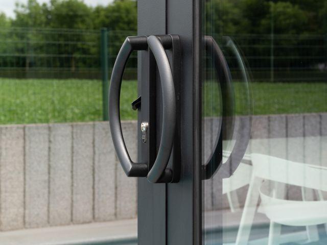 Detail deurknoppen aluminium schuifraam poolhouse