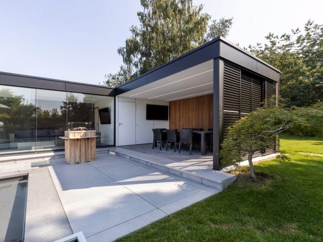 Moderne poolhouse met Trespa dakrand
