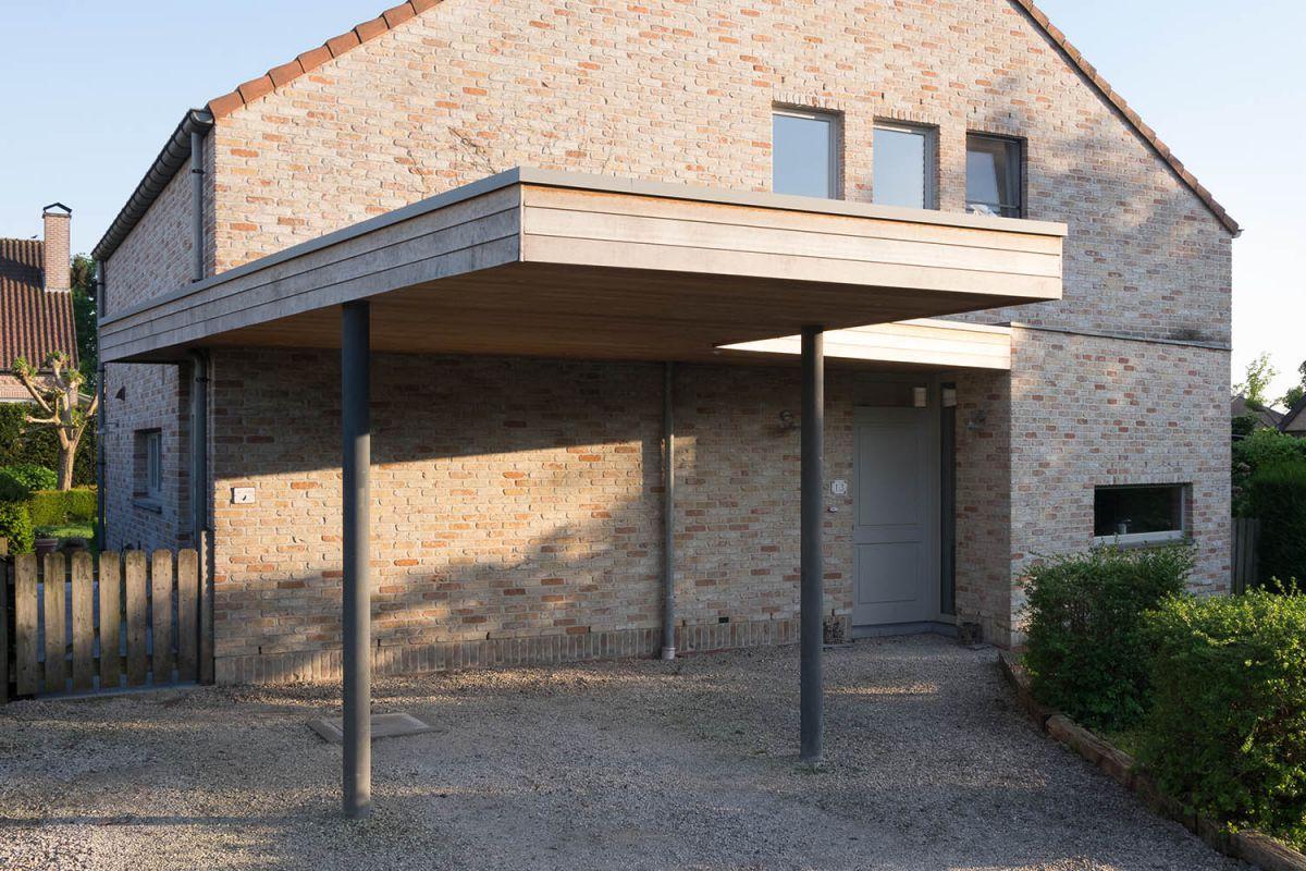 deze carport op maat is aangebouwd aan het huis er is een overkapping voorzien tot aan de ingang van het huis